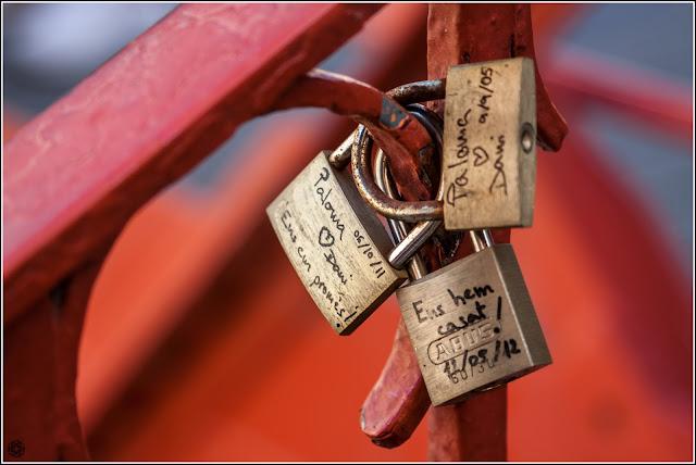 "Girona: Candados (de enamorados) en el puente Eiffel, o de les ""peixateries velles"""