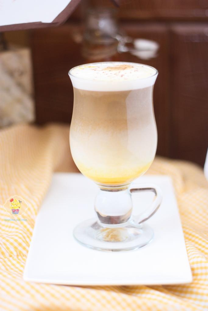 pumpkin spice latte przepis, dyniowa latte, latte z syropem dyniowym