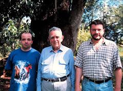 em destaque, ao lado esquerdo da foto, o Prof.Dr.João Pedro Capas ao lado de PNN E Amigo