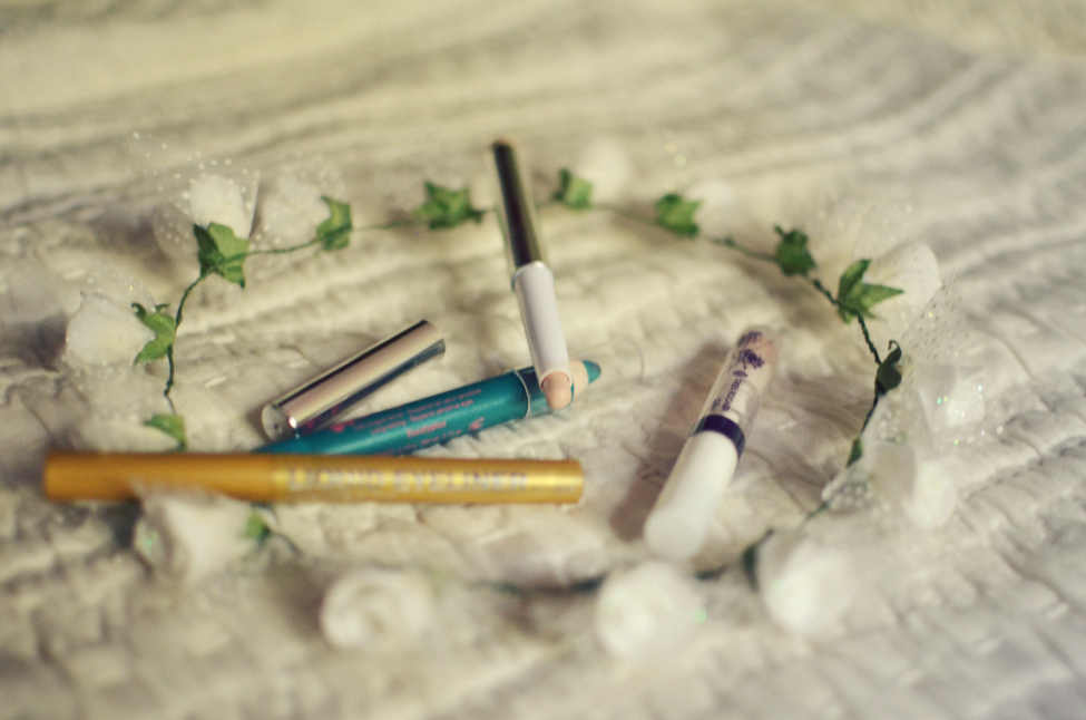 white flower crown, yves rocher turquoise eyeliner, kiko beige stick eyeshadow, yves rocher clear lipgloss, h&m gold eyeliner