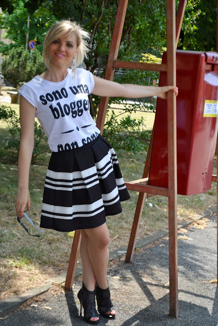outfit gonna a ruota abbinamenti gonna a ruota come abbinare la gonna a ruota gonna a ruota a righe gonna bianca e nera outfit estate 2015 outfit estivi donna outfit luglio 2015 outfit 10 luglio 2015 mariafelicia magno fashion blogger colorblock by felym blog di moda blogger italiane di moda blog di moda italiani blogger milano ragazze bionde blonde hair round skirt round circle skirt black and white round skirt striped skirt summer outfit july outfit how to wear round skirt fashion bloggers italy italian girls blondie legs