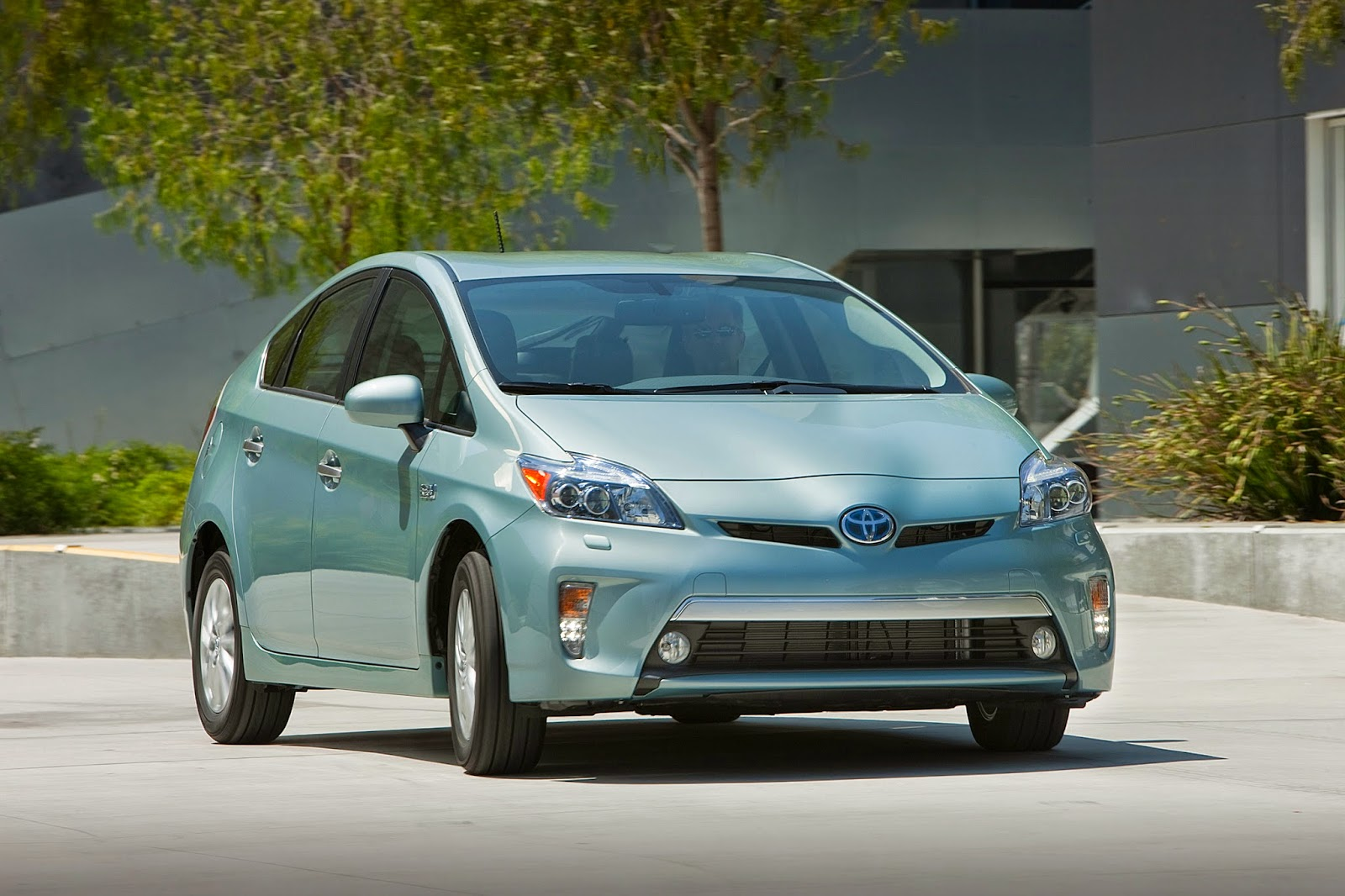 2014 Toyota Prius Plug-In front 3/4 view