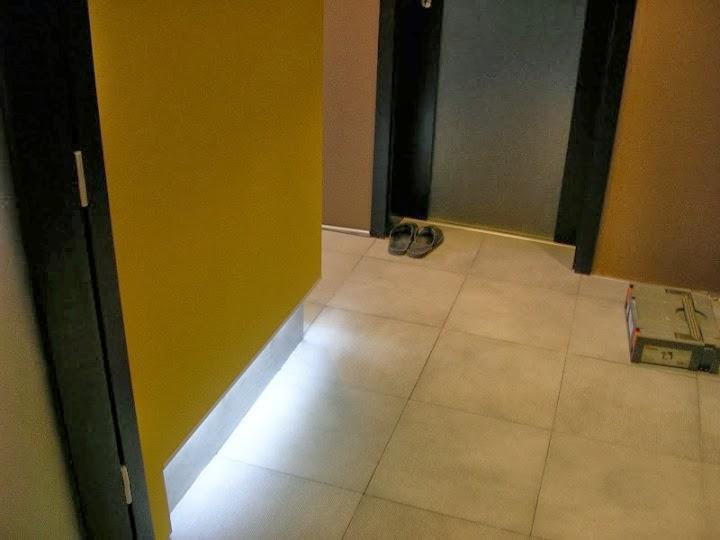 Коридор с подово индиректно осветление
