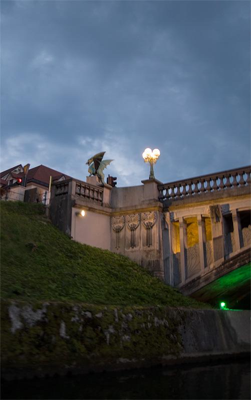 Ljubljana iz rečnega korita Zmaj na zmajskem mostu full