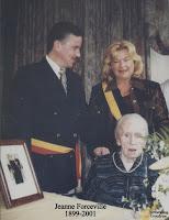 Burgemeester Patrick Marnef kwam samen met schepen Anita Ceulemans hun felicitaties in naam van de bevolking en de gemeente aan Jeanne overbrengen. Een gesigneerde foto van het koningspaar werd overhandigd.
