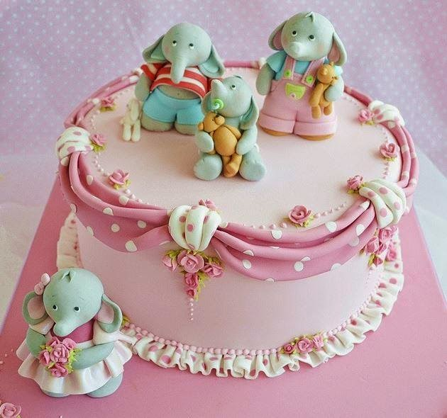 """Tortas """"Vyšnaitė""""  vanilinis biskvitas perteptas gaiviu varškės kremu ir vyšnių uogiene."""