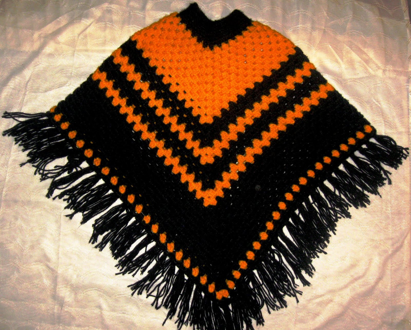 Poncho tejido a crochet en negro y naranja (PONyN) Poncho multicolor ...
