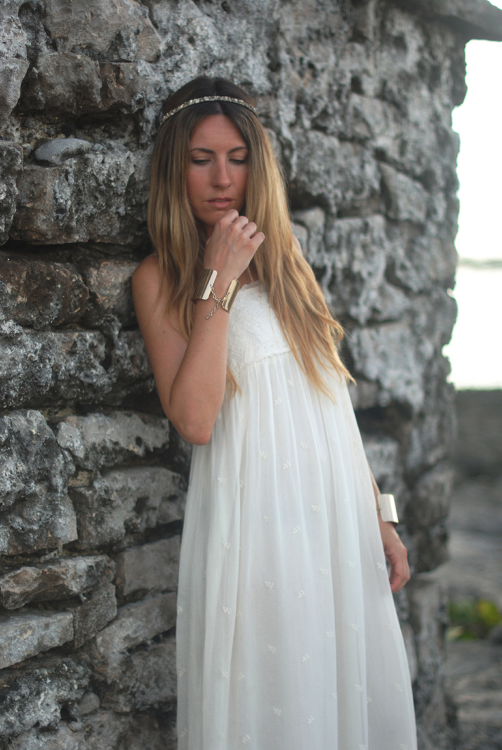 Idea de look para una noche de verano en el blog de moda Mes Voyages à Paris. Mónica Sors con vestido blanco largo de Maje y fotos hechas en la Riviera Maya para el blog de moda Mes Voyages à Paris