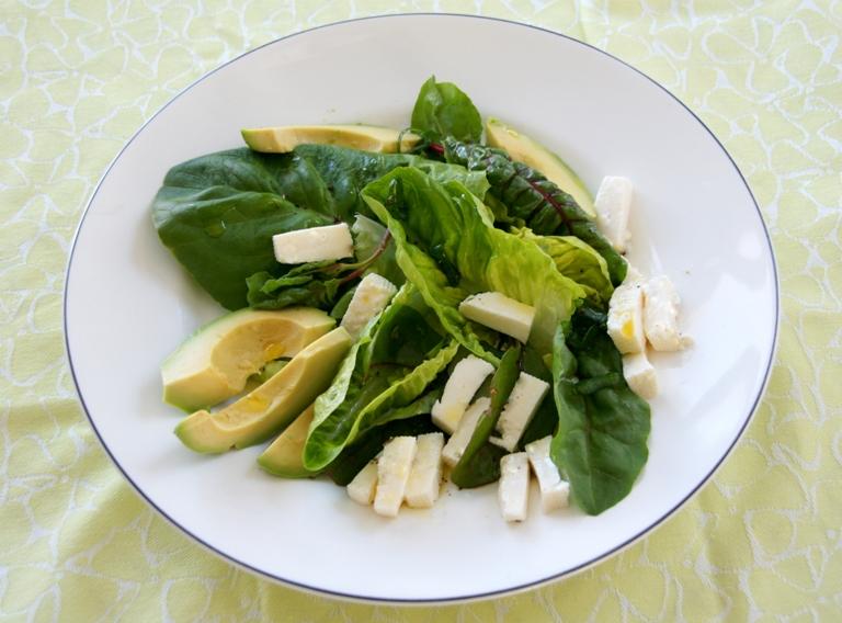 Avokadosalaatti - Mansikkasinihomejuustosalaatti