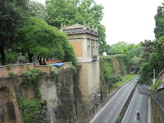 Il Muro Torto dal ponte che attraversa il viale