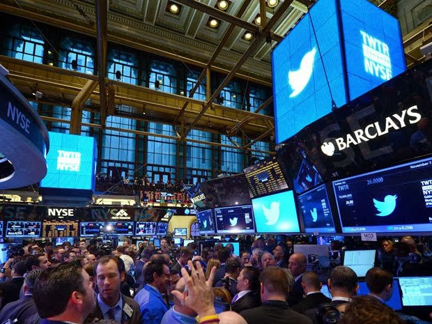 After a first day on Wall Street, where shares closed up 74% to more than 45 dollars, against 26 in the opening Twitter rubs the test on the second day. And this morning on Wall Street, the action begins with a very slight increase, before quickly retreating slightly down: the fall is between 1% and 4% in the first minutes.