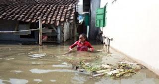 Jumat malam bencana alam banjir yang menerjang 5 desa tiga Kecamatan di Jombang Jawa Timur mulai menurun meski masih mengenangi rumah warga ketinggian air dari 1 meter turun 30 cm