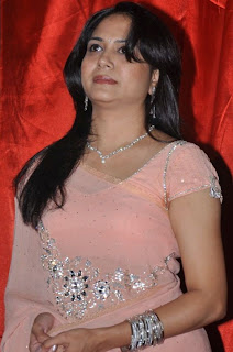 cute pics gallery sunitha singer hot stills in rose saree