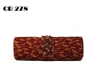 Tas dari kain batik parang solo warna sogan cokelat. Bagian tutup  dilipit-lipit dan detil payet batuan full di tengahnya. bc87b208ad