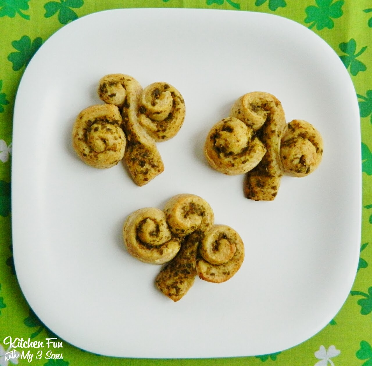http://kitchenfunwithmy3sons.blogspot.com/2014/02/easy-st-patricks-day-shamrock-rolls.html