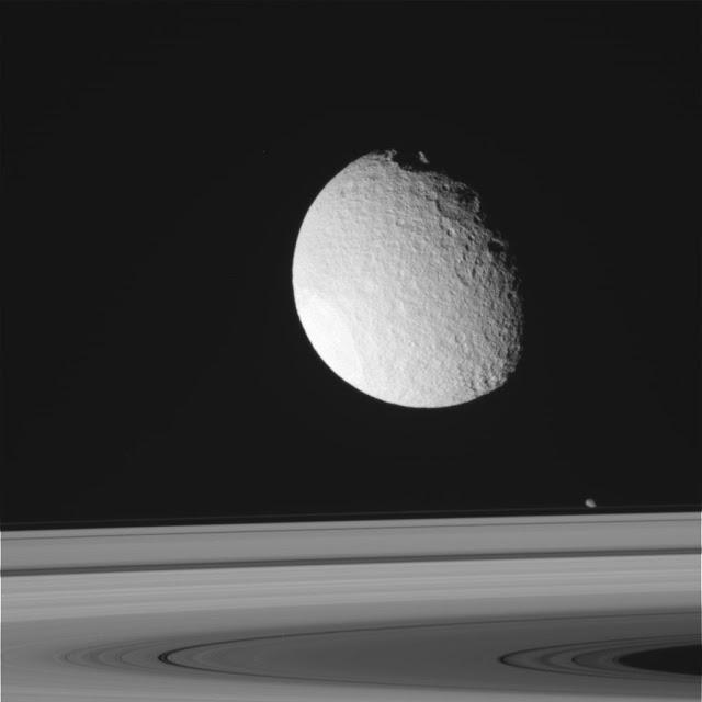 Titán, detrás de los anillos de Saturno