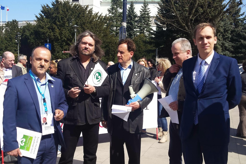 """Demonstracja Fundacji """"Razem Lepiej"""". Protest przeciwko praktyce działania instytucji państwowych, powołanych w Polsce do pomocy rodzinie i ochrony praw dziecka"""