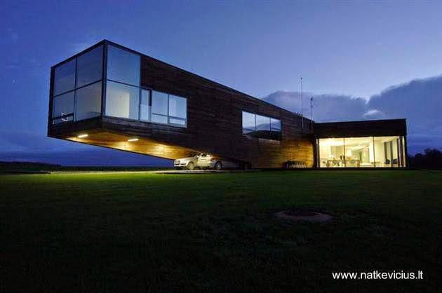 Casa residencial contemporánea de madera con un ala volada en Lituania