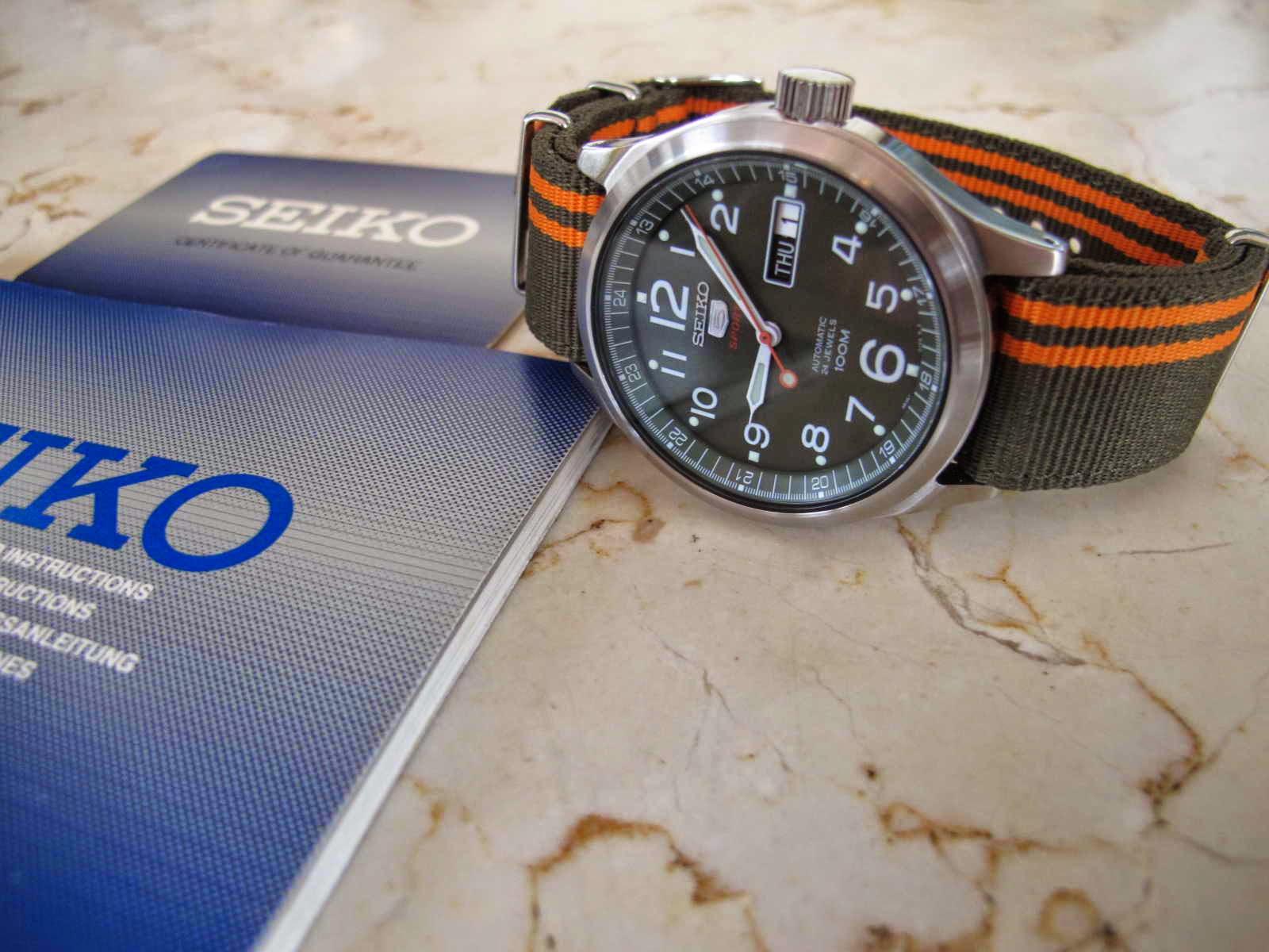 Cocok untuk Anda yang sedang mencari jam tangan military Japan made bisa diwinding melalui crown untuk mengisi power reserve Nice Seiko 5 Sports