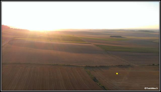 Baptême de montgolfière lever soleil campagne champs aurore
