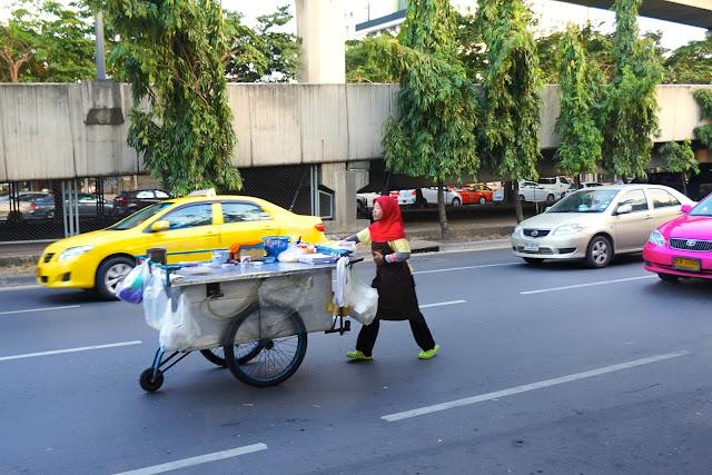 Vendeur ambulant sur la route à bangkok