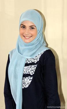 Arumi Bachsin Pakai Jilbab Tambah Cantik Saja