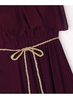 Vestido largo cuello Halter, sin mangas, con pliegues verticales y cinturón delgado