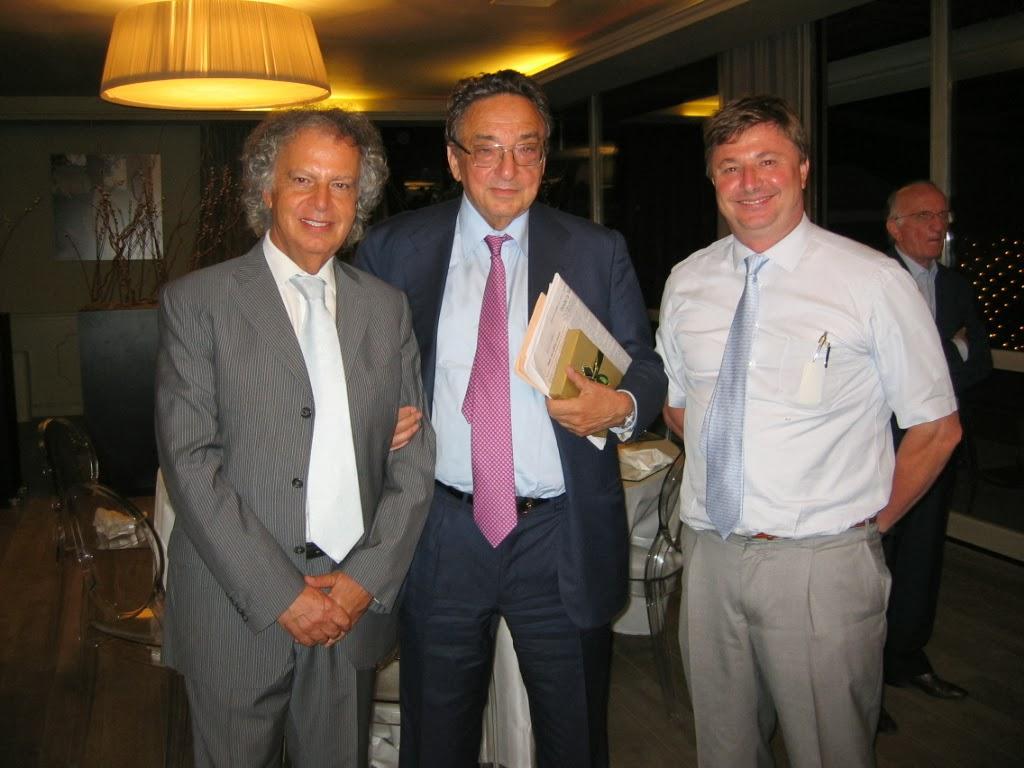 Il dott. LAURENZANO, (primo da sinistra) con personalità politiche, dopo una serata Lions.