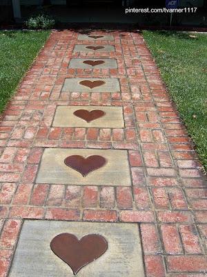 Vereda de jardín hecha de ladrillos colorados y losas de concreto