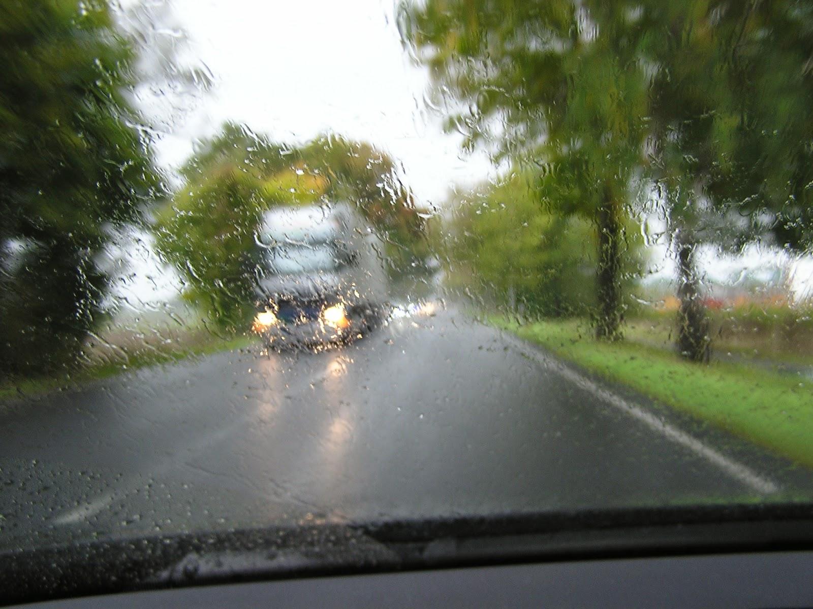 LKW  im Regen als Gegenverkehr kaum grosse Sicherheit wegen schlechter Sicht