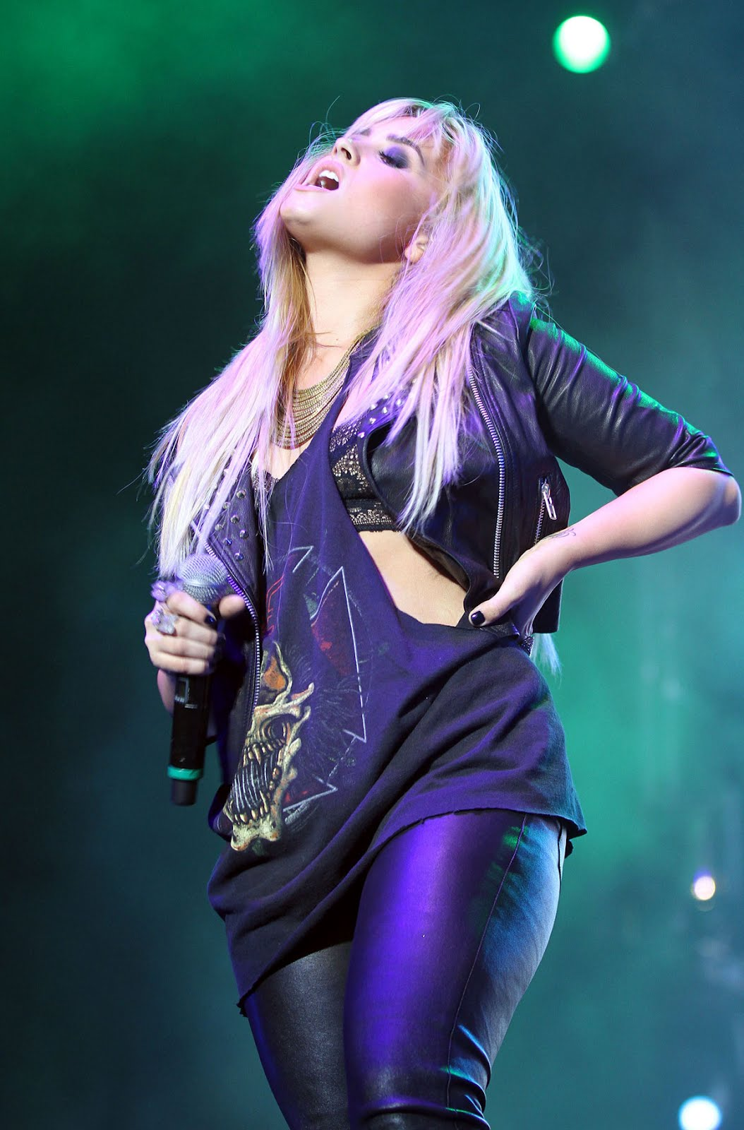 http://3.bp.blogspot.com/-I_F32V0WnD0/UG2ejFFX9YI/AAAAAAAADVo/bfY4id9kxRQ/s1600/DEMI-LOVATO-in-Leather-Pants-Performing-at-2012-Z-Festival-in-Sao-Paulo-2.jpg