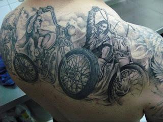 Tatuagens de motos nas costas