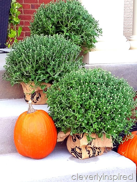 Pitterandglink 60 beautiful outdoor fall decor ideas for Cheap fall decorations for outside