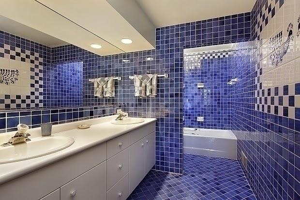 Baños Con Azulejos Azules:Cuarto de baño moderno decorado con azulejos pequeños en color azul