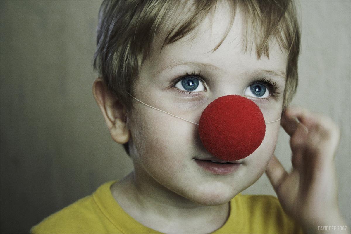 Foto de criança com nariz de palhaço