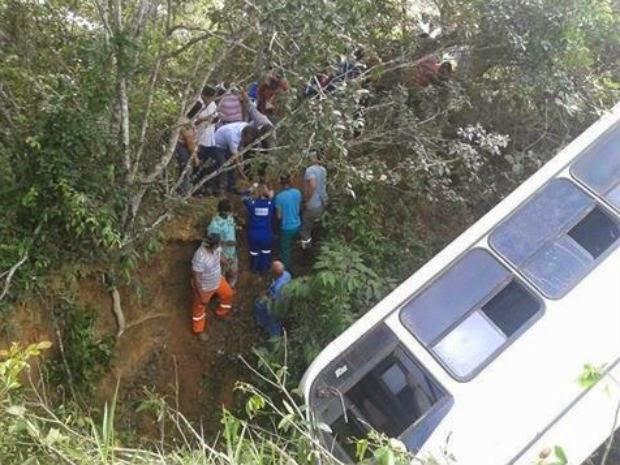 Segundo a polícia, cerca de oito pessoas ficaram feridas com o acidente (Foto: Johnny Souza/Site Bahia Política)