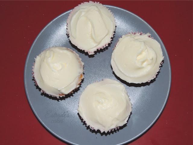 receta de cupcakes con fresa y fosting de queso - 3