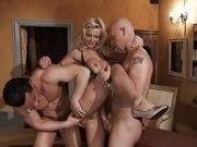 Sexo Grupal Com Loira Putona