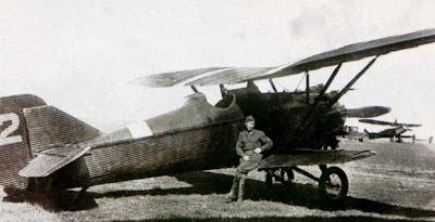 Летчик сидит на крыле И 4