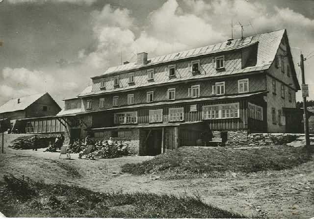 Černobílá historická fotka Lyžařské boudy