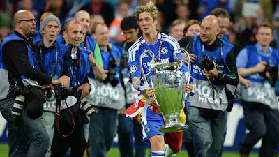 Torres berlari membawa piala