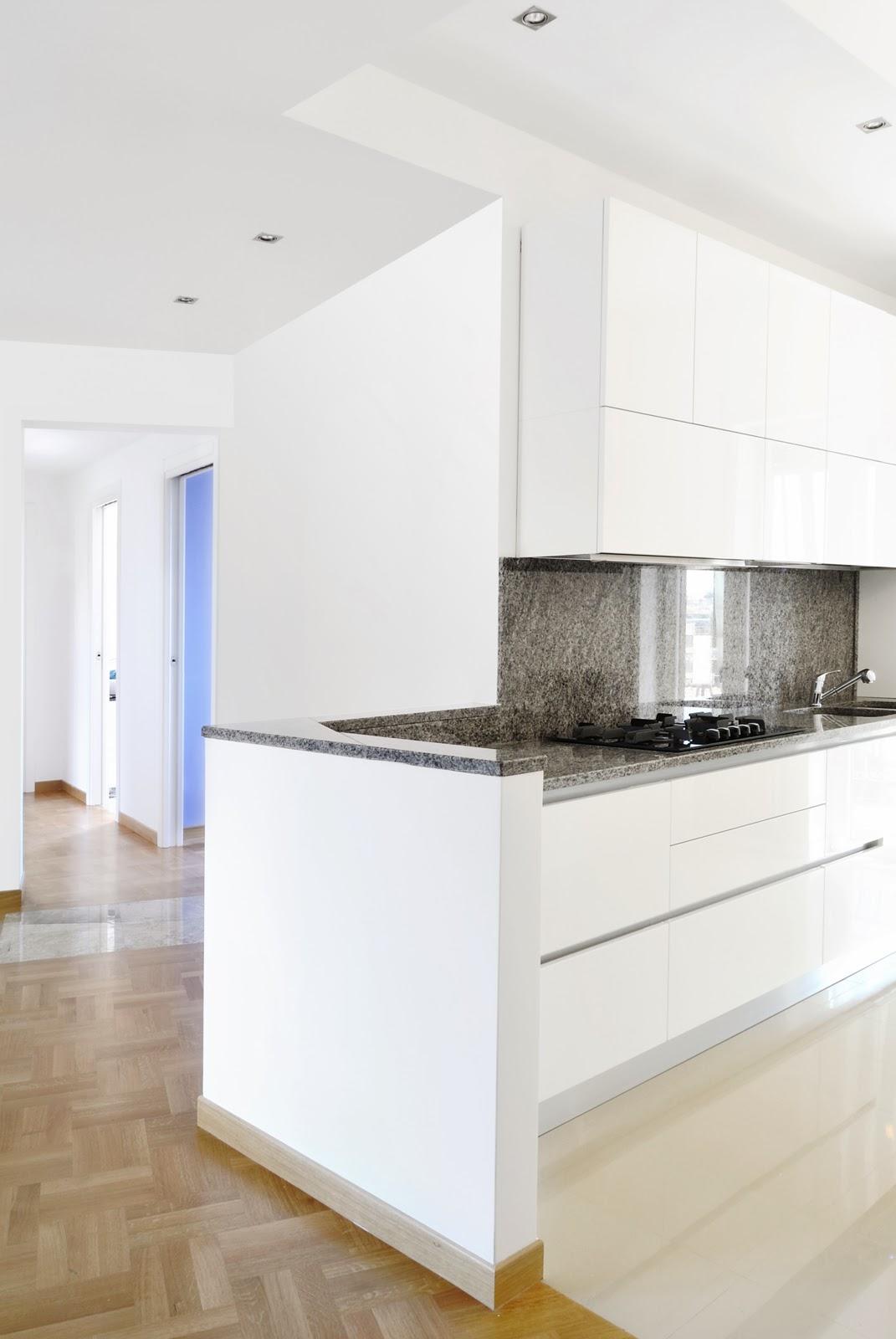 Casa tiburtina legno marmo e cemento a colloquio for Piastrelle bianche marmo