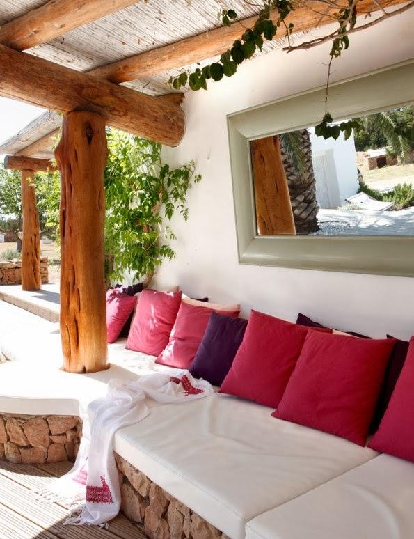sofa+exterior+de+obra+con+colchonetas+blancas