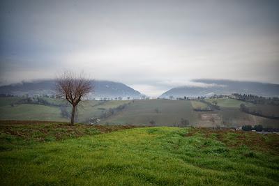 con nubi e nebbia fine