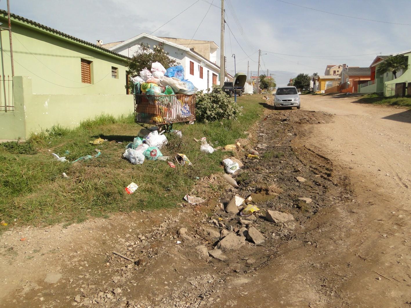 : Moradores do final da Félix da Cunha reclamam de lixo e esgoto #8C773F 1417 1063