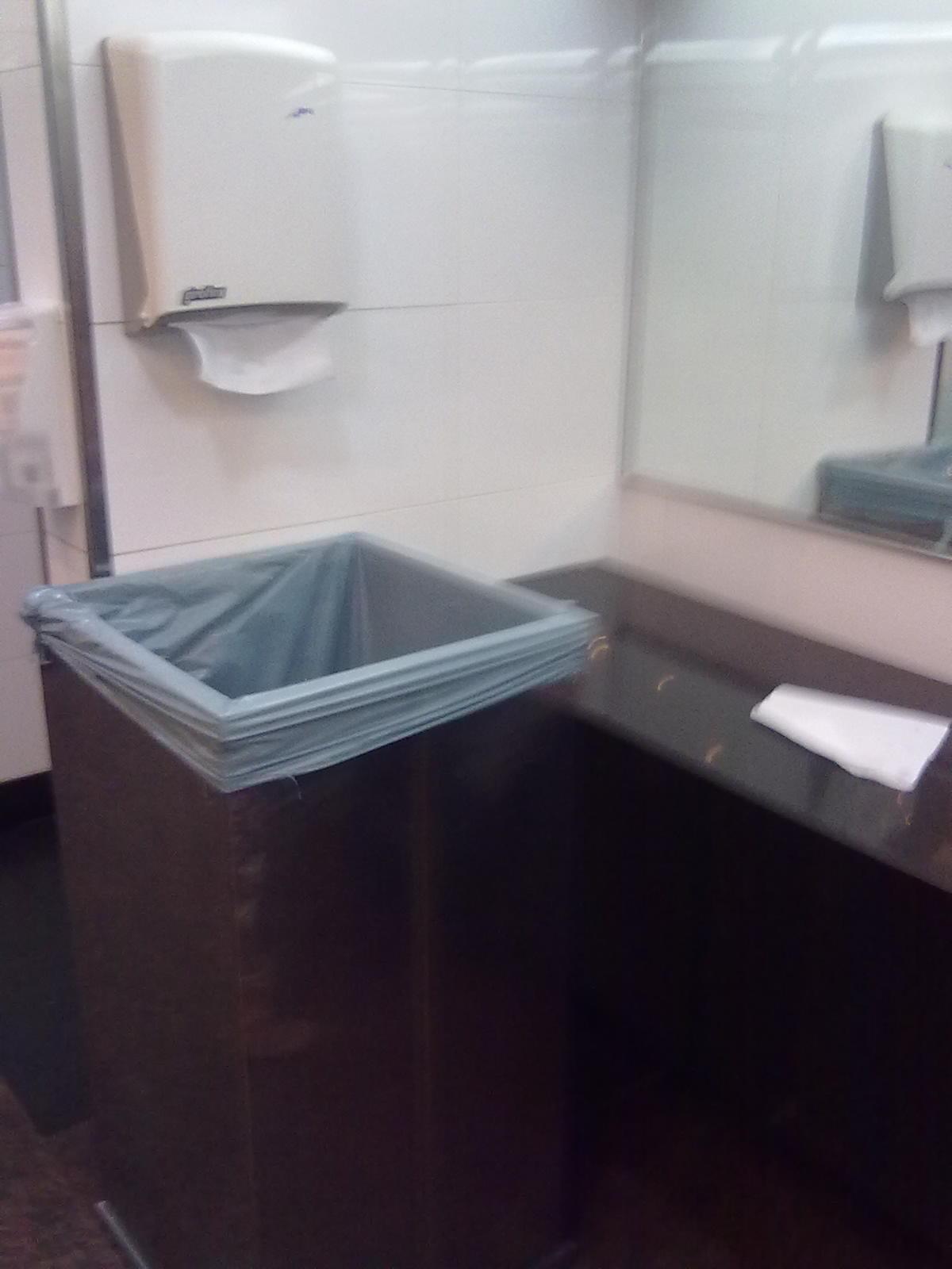 Cesto de lixo do lavatório com altura elevada (como uma pessoa de  #21161F 1200x1600 Banheiro Acessivel Com Pia
