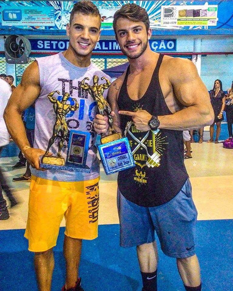 Atleta Men's Physique Diego Rosa cumprimenta Igor Kreischer pela vitória. Foto: Arquivo pessoal'