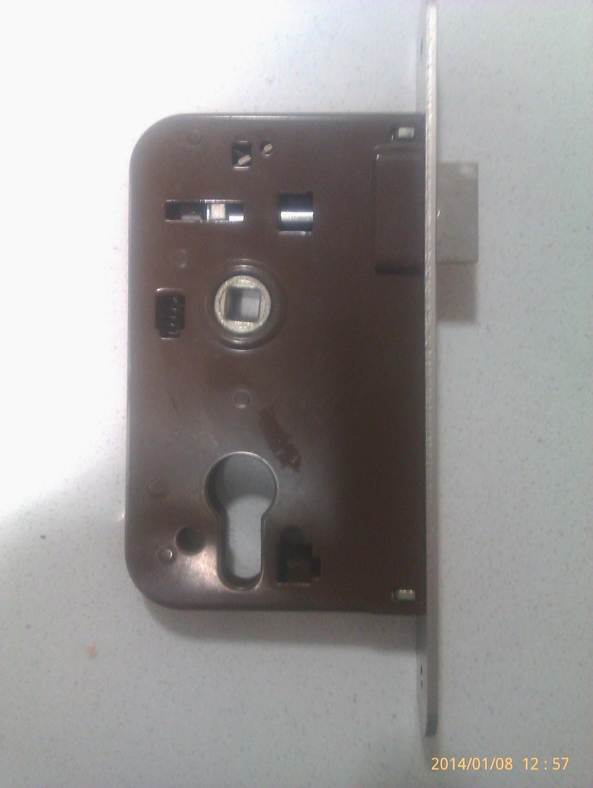 Cerradura monopunto para puerta de madera.