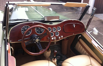 Painel e aro do volante em madeira: beleza que a modernidade não suplanta.