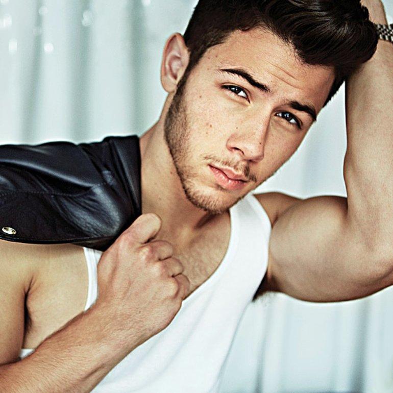 """Nick Jonas explica porque no pudo decir que nunca ha """"tenido experiencias con hombres""""."""